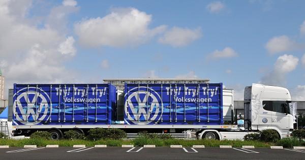 """電車の一車両にも匹敵する巨大トレーラーが登場、フォルクスワーゲンの史上最大""""試乗""""キャンペーン"""