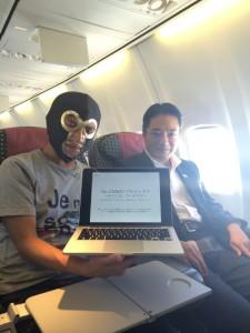 尾崎正直知事(写真右)に高知へ「お持ち帰り」された、優勝者のエル・シマントさん。翌朝9:45発のJAL便にて。