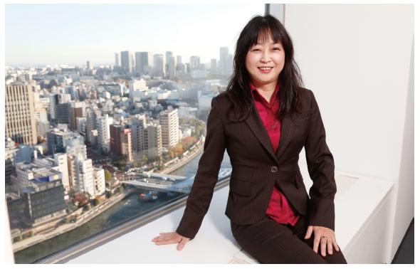 日本アイ・ビー・エム スマーター・コマース営業部 セールスエグゼクティブ 岩佐朱美 氏 )早稲田大学数学科を卒業後、日本アイ・ビー・エムに入社。ソフトウェア製品開発マネージャー、製品企画マネージャーを経て、2000年より2年間、米IBMに赴任。帰国後はアジア地域におけるソフト販売新規事業の部長に就任。2010年から買収した企業のソフトウェア製品の統合事業などを経験し、2012年1月より現職。