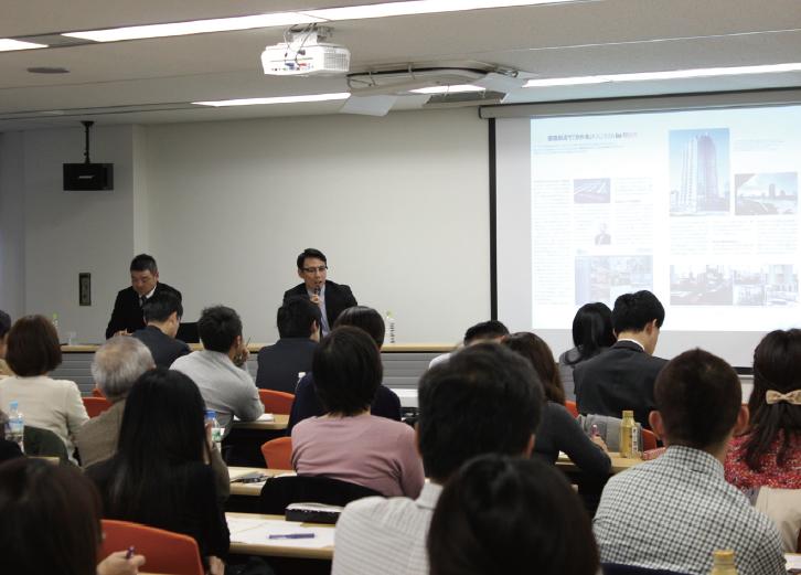 セミナーでは、実際に現場で社内報編集に携わる鹿島建設の財部浩司氏(写真左)と、産業編集センターの相山大輔氏による特別対談が実施された。