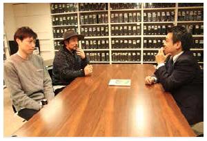(左奥から)ユナイテッドアローズ 経営企画部 広報CSRチームの吉田淳志さん(リーダー)、米倉慎太郎さん。(右)は聞き手である筆者