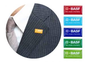 新しい社章は6色セットで 日本法人では6色のコーポレートカラーに合わせて社章を全色セットで社員へ。多様性を日々感じられるようにとの思いを込めた。