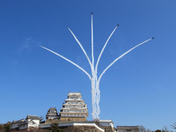 記念式典上空で祝賀飛行するブルーインパルス