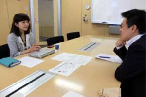 千趣会 経営企画本部 広報部 大阪広報チームの 土井佐季さん。大阪に本社を置く同社は、大阪と東京の2拠点で連携して広報にあたられています。