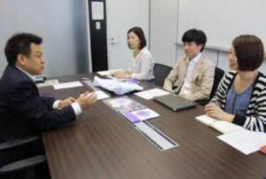 右奥から、ビューティーエクスペリエンス広報室の坂口奈那さん、花岡大樹室長、今井さちさん。お披露目イベントの反響には手応えを感じられたそうです。