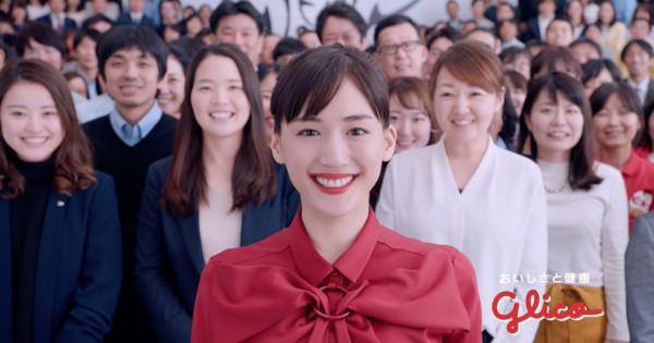 MIKIKO振付、ケンモチヒデフミ音楽、綾瀬はるかが400人と踊るCM「スキパニスマイル」