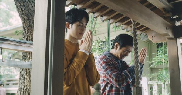 クドカンと松坂桃李、明治安田生命「歳の差兄弟」シリーズCMで健康祈願