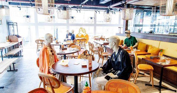 ビームスがベトナム料理店にマネキン設置 QRコードでECサイトに誘導