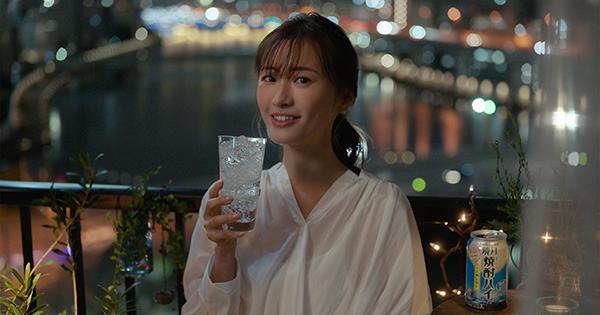新商品「鏡月焼酎ハイ」CM 松本まりかが『はじめてのチュウ』で歌声を披露