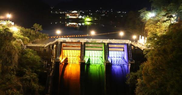 高遠ダムをロゴカラーでライトアップ 長野県企業局60周年企画で