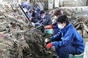 「木の屋石巻水産」の倉庫跡には、出荷前の缶詰80万缶が残されていた。社員とボランティアが協力し、4カ月かけて掘りおこした。